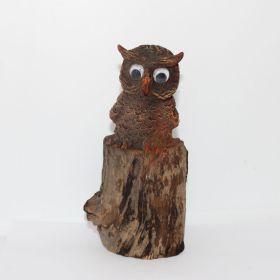 Uil op ruw stuk hout