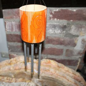 Oranje windmobiel van bamboe