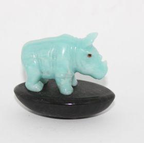 Blauwe Aragoniet neushoorn op Basalt steen