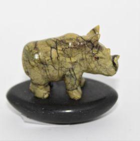 Serpetijn neushoorn op Basalt steen