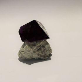 Paarse Fluoriet op moedersteen